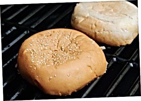 צליה של המבורגרים על גריל פחם