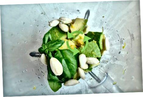 Weizennudeln mit Avocadosauce zubereiten