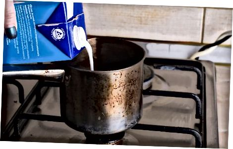 Ko'pik hosil qilish uchun sutni silkitish