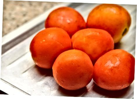 Barcha pomidorlarni peellar bilan muzlatib qo'ying