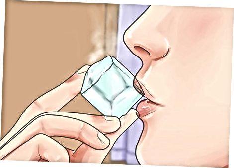 Kühlen Sie Ihren Mund nach dem Verbrennen mit warmen Speisen oder Getränken