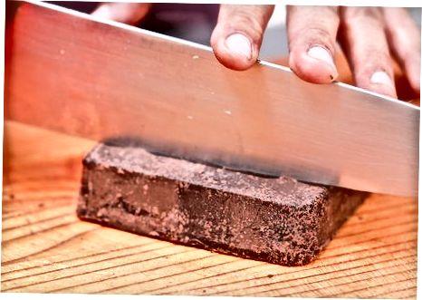 Het maken van hele chocolade-gedoopte appels op een stokje