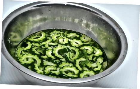 Підготовка гіркої дині до приготування їжі