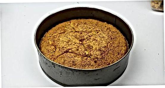 मिनी केक्ससाठी कुकी कटर वापरणे