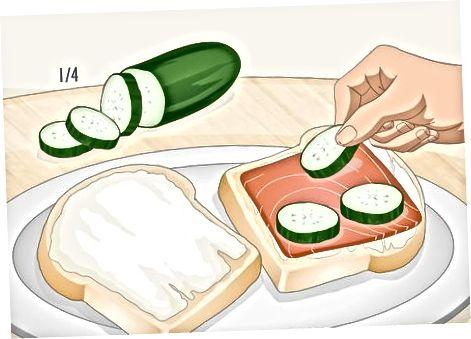 Израда сендвича са димљеним лососом са козјим сиром
