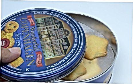 Полагање колачића у кутију или лименку