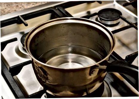 מכין את בסיס המרק