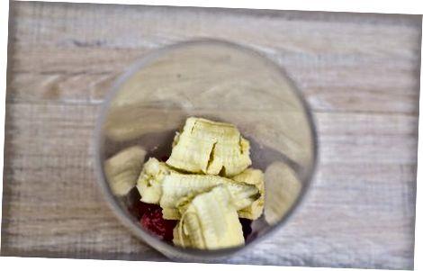 Frühstück: Bananen-Smoothie und Blaubeerpfannkuchen.