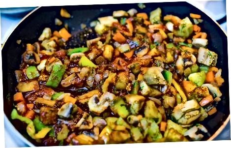 Abendessen: Gebackenes Gemüse in Knoblauch-Tomatensauce.