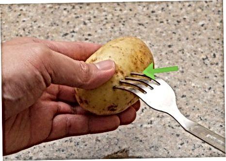 Mikrolaineahjus küpsetatud kartuli valmistamine