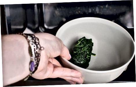 Парење смрзнутог шпината у микроталасној