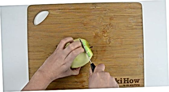 Nupjaukite obuolį peiliu