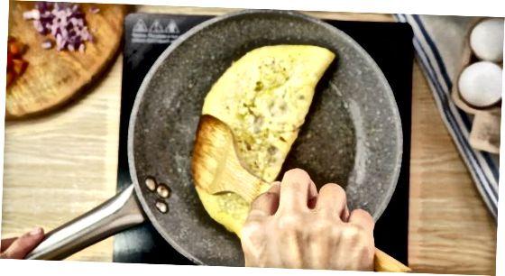 Kokkupandud Diner-stiilis omleti valmistamine