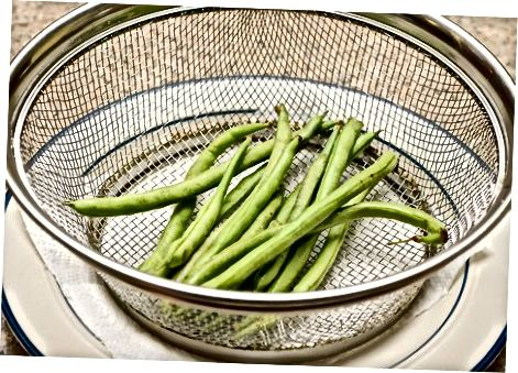 Izpiranje zelenih fižol, kupljenih v trgovini