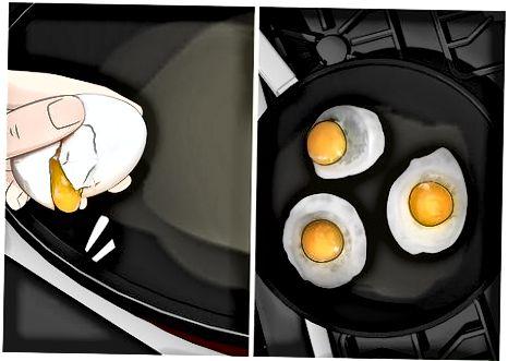 Fritar ovos em uma panela
