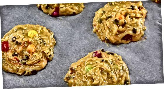 מכין את בצק העוגיות