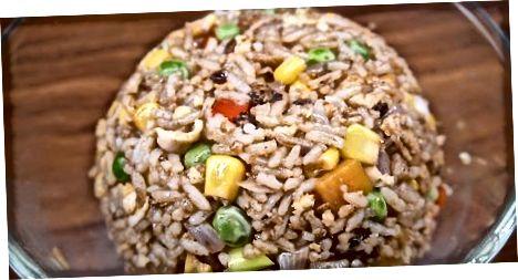 Den gebratenen Reis fertig machen