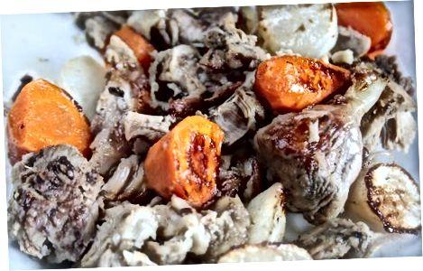 הכנת ירקות שורש קלויים עם בשר חזיר