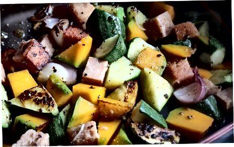 מכינים דלעת קלויה עם בשר חזיר, קישואים ובצל