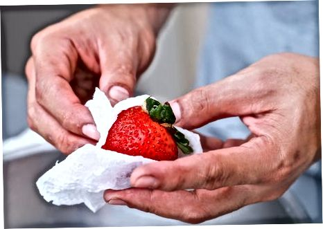 Миття полуниці у воді
