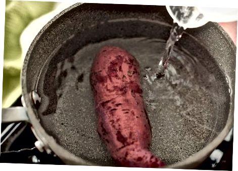 Варіння, а потім очищення картоплі