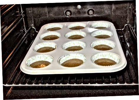 Ag déanamh na cupcakes