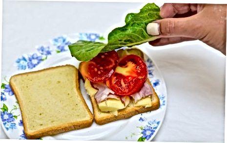 बेबी काले के साथ एक बुनियादी सैंडविच का निर्माण