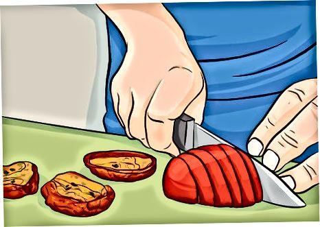 Hinzufügen von gerösteten Tomaten und Basilikum