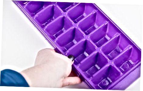 Llenando la bandeja del cubo de hielo