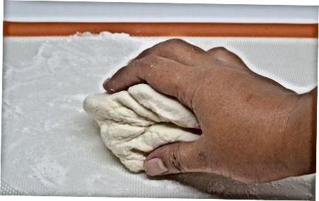 用立式搅拌机制作饺子面团