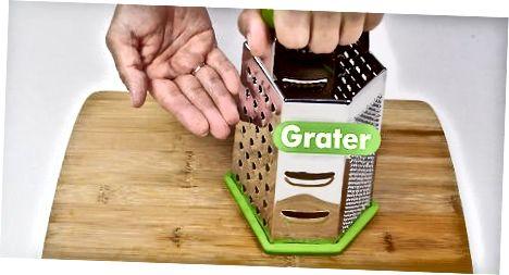 Grini kokosit me një rende kuti