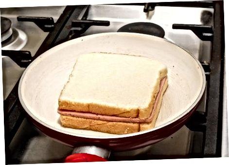 Grilda pishirilgan sendvich tayyorlash