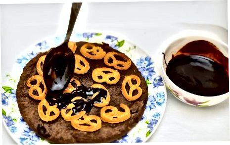 Tovoqli bitta piyola shokoladli yerfıstığı yog'i bilan tayyorlanadigan kekdan tort tayyorlash