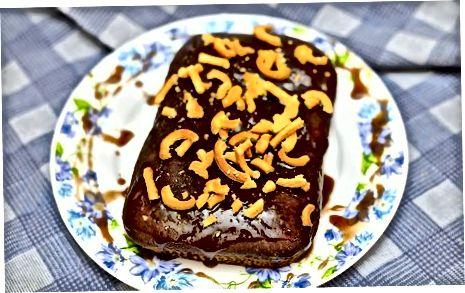 """Tuzlangan karameldan tayyorlangan """"Pretzel"""" shokoladli shokolad kekini pishirish"""