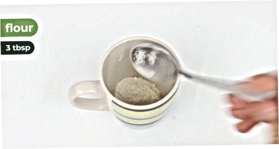 Realització d'un pastís de tassa de xocolata