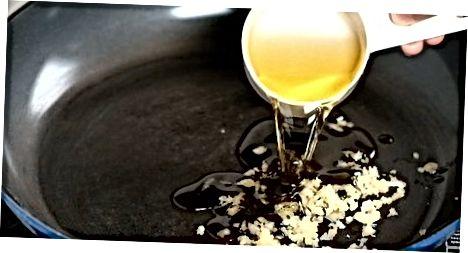 Fazendo o óleo de alho do fogão
