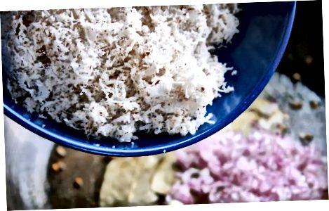 Het maken van het gefrituurde geraspte kokosmengsel