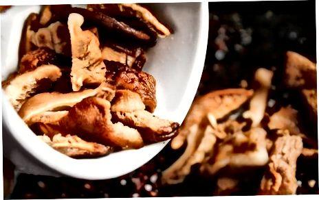 پخت مرغ کامل پر از برنج وحشی و قارچ