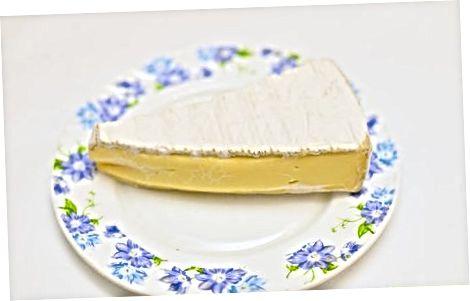 Comer queijo camembert cru