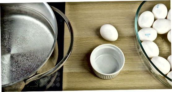 Usando uma panela para escalfar ovos