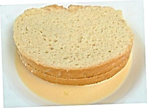 Fazendo torradas recheadas com geléia e cream cheese