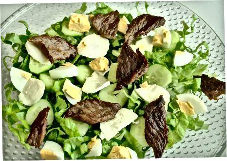 Servindo a salada de bife
