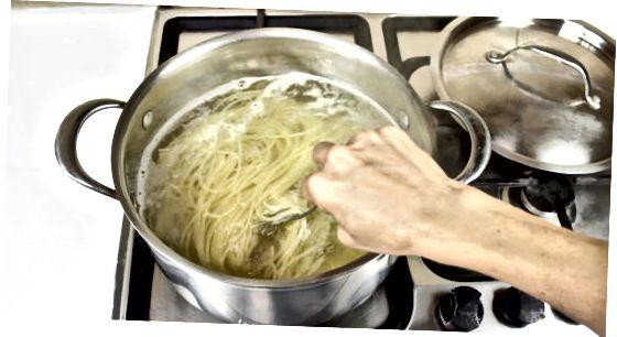 नूडल्स उकळत आहेत