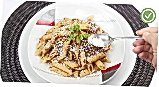 सॉससह पास्ता प्रकार जोडीत आहे