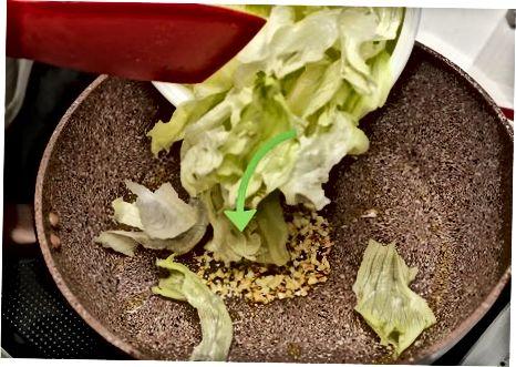 Qovurilgan idishga salat qo'shing