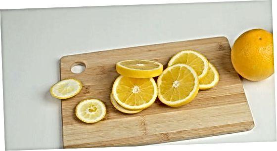 Corte e preparação de fatias de laranja frescas
