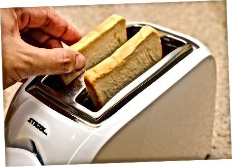 Het brood roosteren
