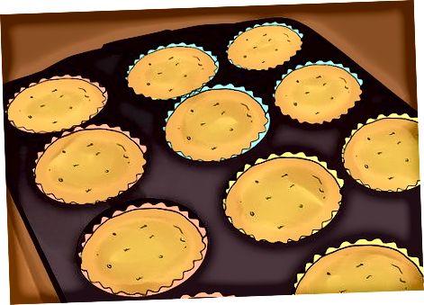 Enchendo cupcakes antes de assar