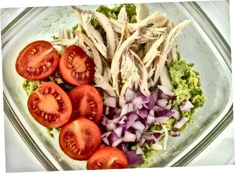 Oddiy avakado tovuq salatini aralashtirish