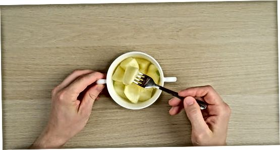 Rjúkandi epli í örbylgjuofni